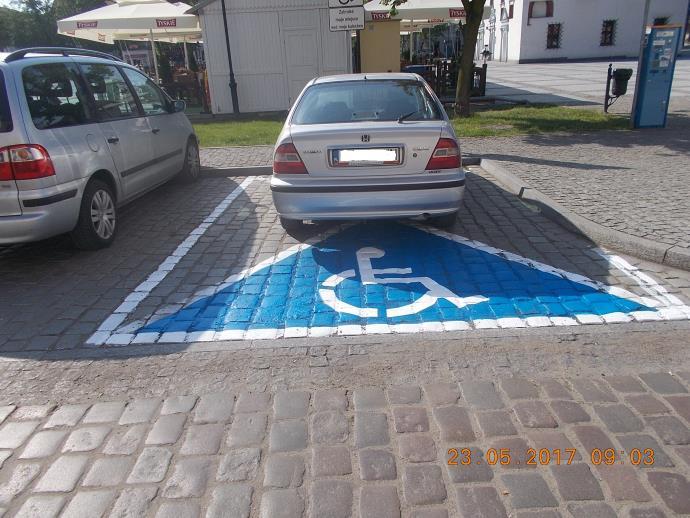 Zdjęcie samochodu zaparkowanego na miejscu dla niepełnosprawnych