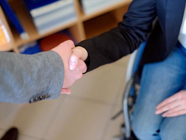 Fotografia dwóch osób podających sobie dłoń